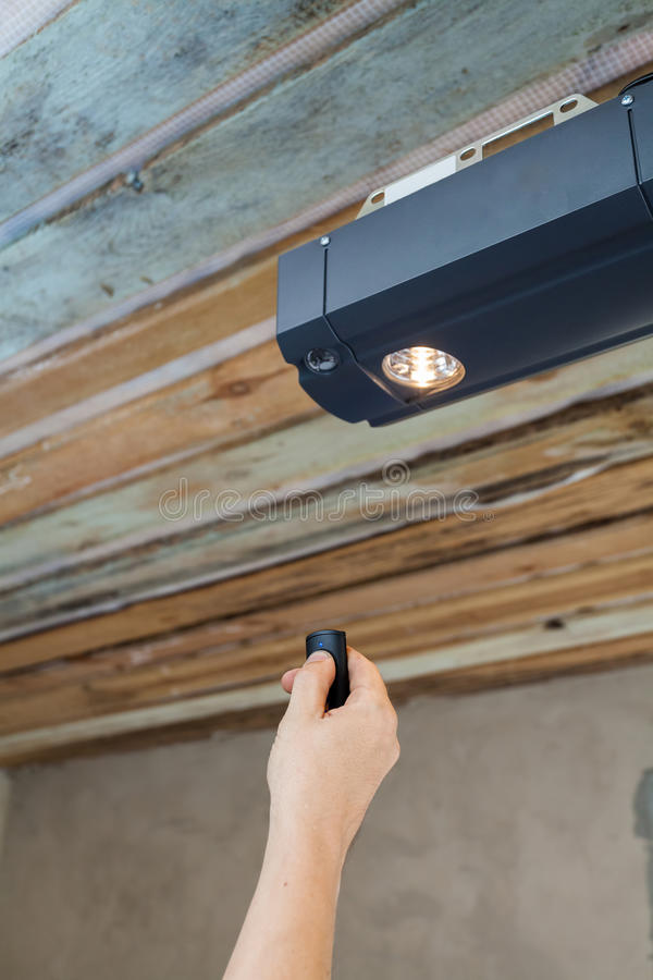 Installazione delle porte del garage Appaltatore che programma un apri meccanico della porta del garage fotografia stock