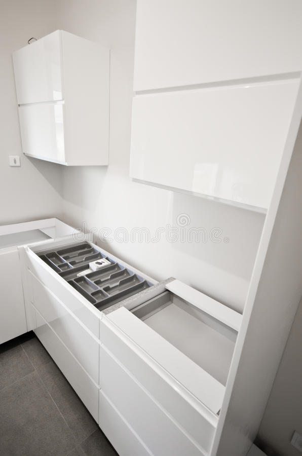 Installazione di nuova cucina bianca fotografia stock libera da diritti