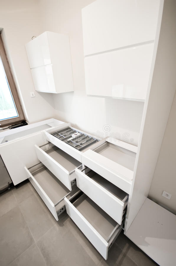 Installazione di nuova cucina bianca fotografie stock