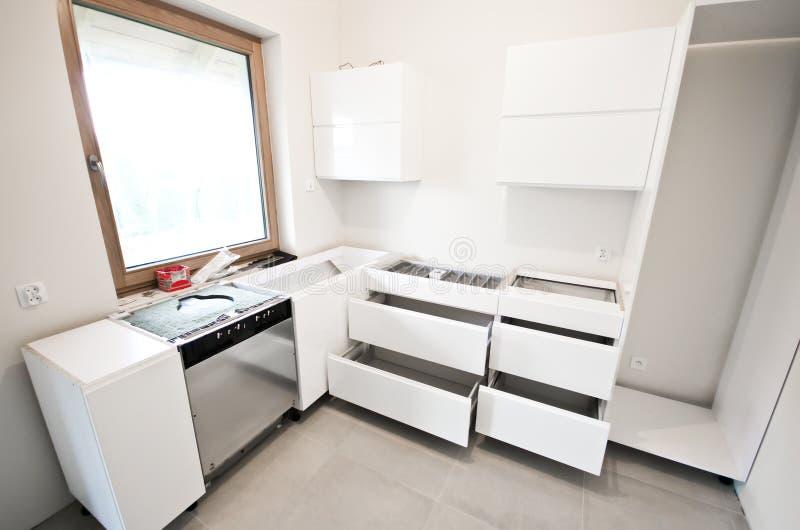 Installazione di nuova cucina bianca immagini stock