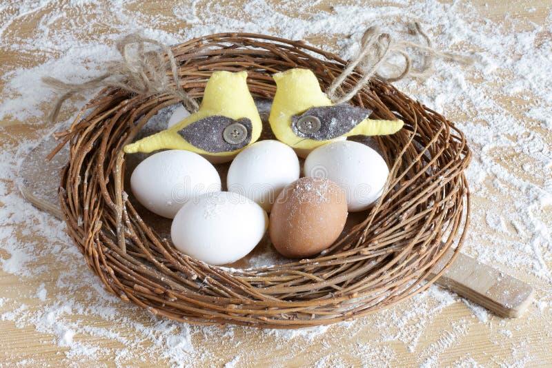 Installazione di Pasqua con gli uccelli immagine stock