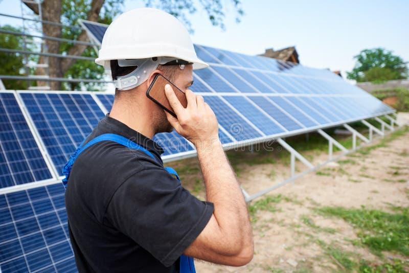 Installazione di sistema esteriore autonoma del pannello solare, concetto verde rinnovabile della generazione di energia immagine stock libera da diritti