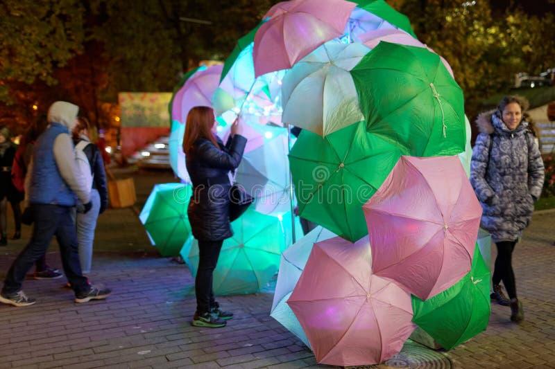 Installazione leggera con gli ombrelli nel parco immagini stock libere da diritti