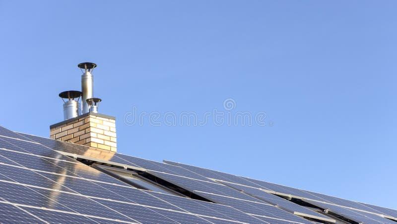 Installazione solare per la generazione dell'elettricità verde sul tetto di una casa residenziale fotografie stock libere da diritti