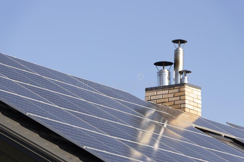 Installazione solare per la generazione dell'elettricità verde sul tetto di una casa residenziale fotografia stock libera da diritti
