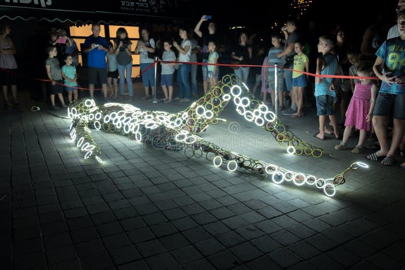 installazione umana emessa luce di body art allo spettacolo di luci annuale immagine stock