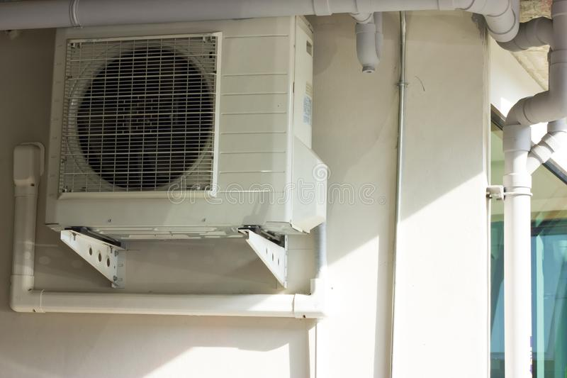 Installeer airconditioning in het gebouw stock afbeeldingen