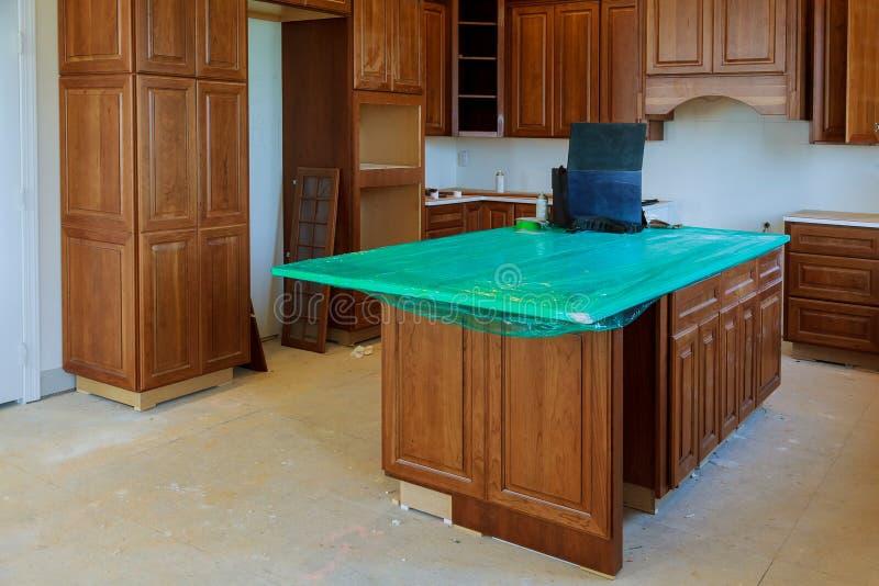installeer bouw van het keukenkasten de Binnenlandse ontwerp van een keuken stock afbeelding
