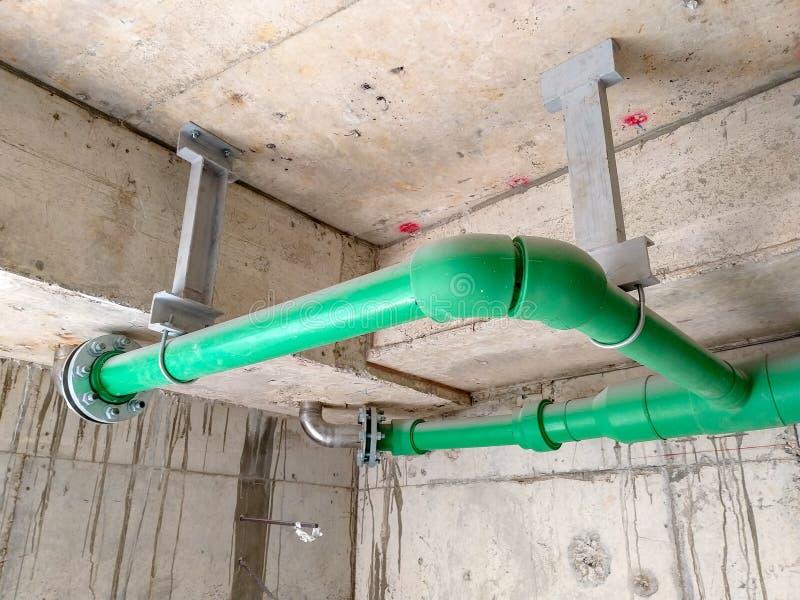 Installeer drainagepijpen binnen gebouwen royalty-vrije stock foto