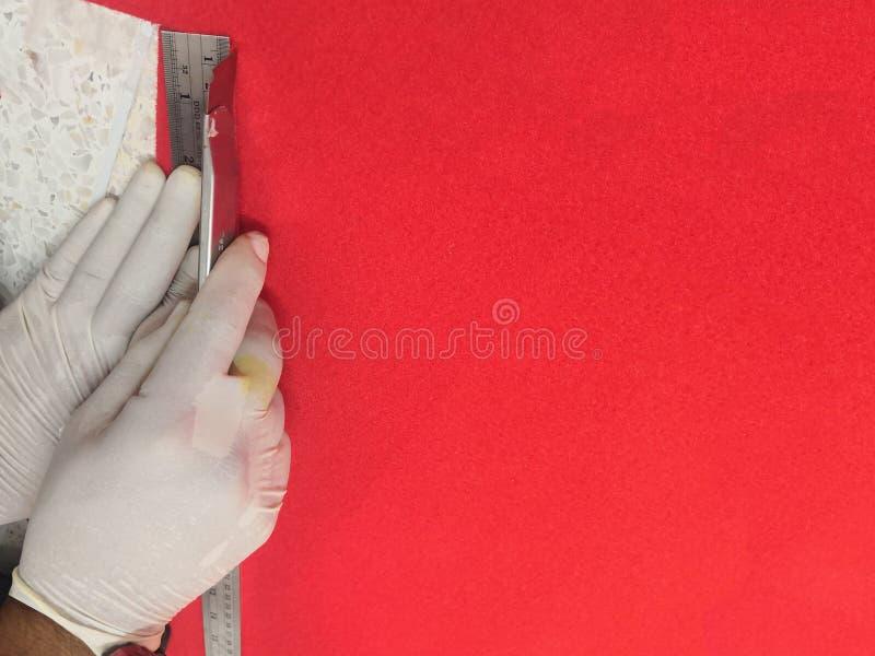 Installeer en herstel, Rood tapijt met blad de bouw en huisconcept stock afbeeldingen