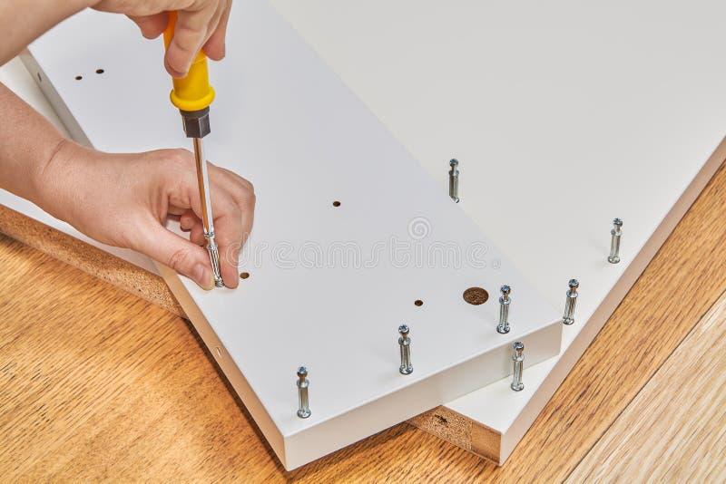 Installer używa krzywka kędziorka śruby jako skowy dla paczki furnit obrazy royalty free