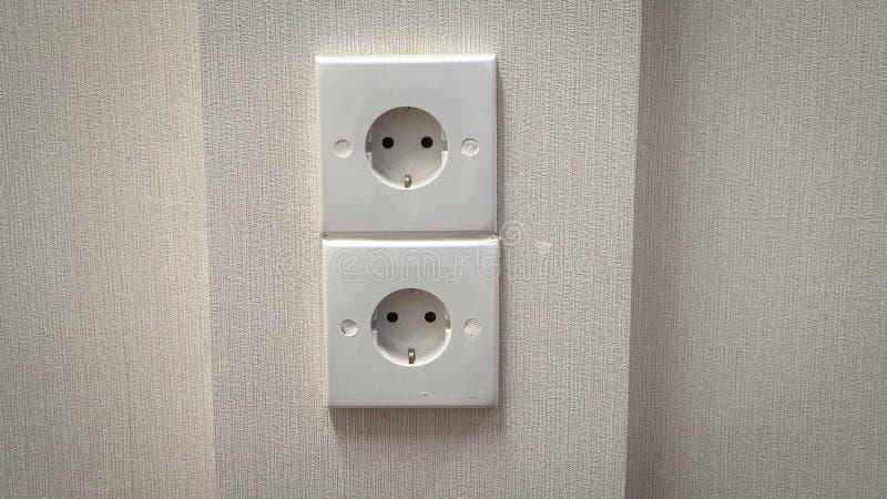 Installera elektriskt uttag på väggen royaltyfria bilder