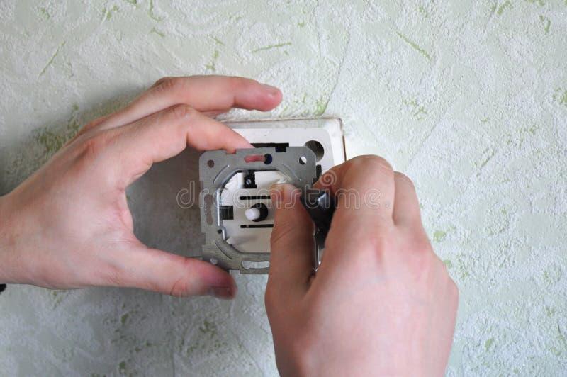 Installera en dunklare ljus strömbrytare Dunklare strömbrytare låter dig ställa in lynnet såväl som hjälpräddning på elektricitet arkivfoto