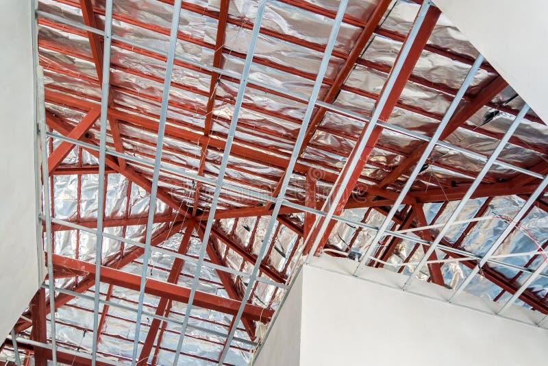 Installera metallramen för tak för murbrukbräde på huset royaltyfri bild