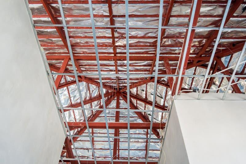 Installera metallramen för tak för murbrukbräde på huset arkivbilder