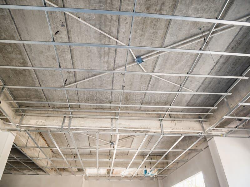 Installera metallramen för tak för murbrukbräde på huset arkivfoton