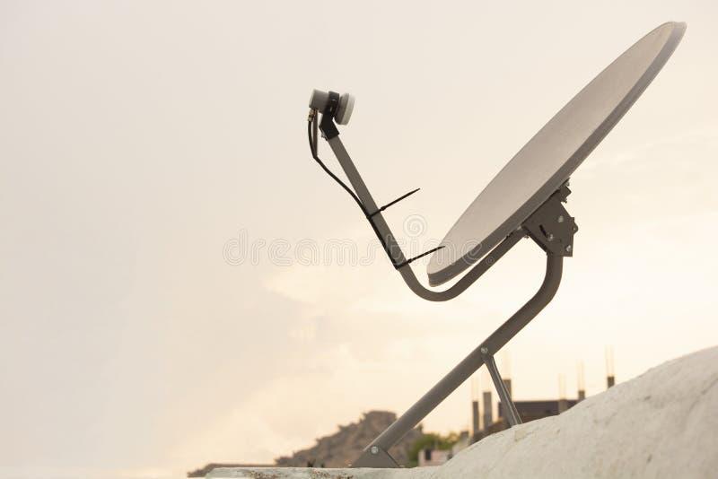 Installerad satellit- maträtt eller DTH eller att rikta till hem- tv på taket arkivbilder