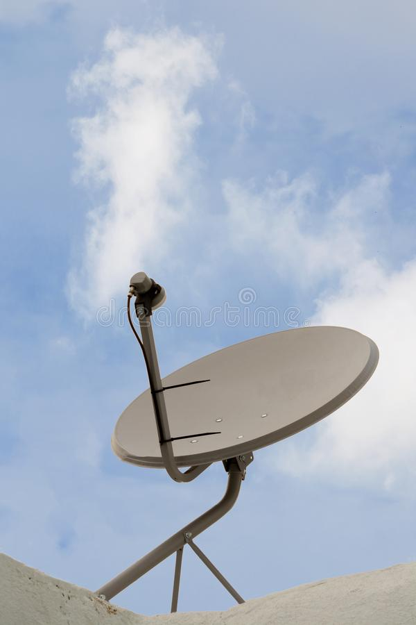 Installerad satellit- maträtt eller DTH eller att rikta till hem- tv på taket arkivfoton