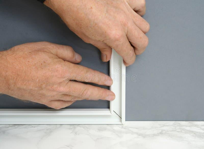 Installerend oppervlakte zet kanaal voor elektrische bedrading op stock afbeelding