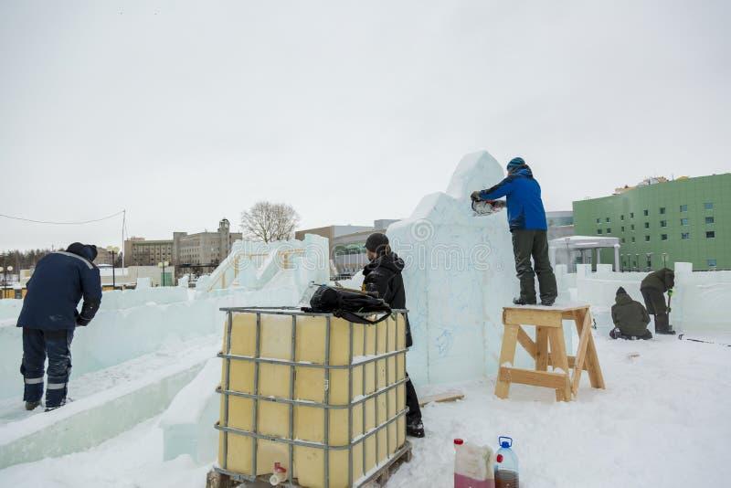 Installers przy budową lodowy miasteczko obrazy royalty free