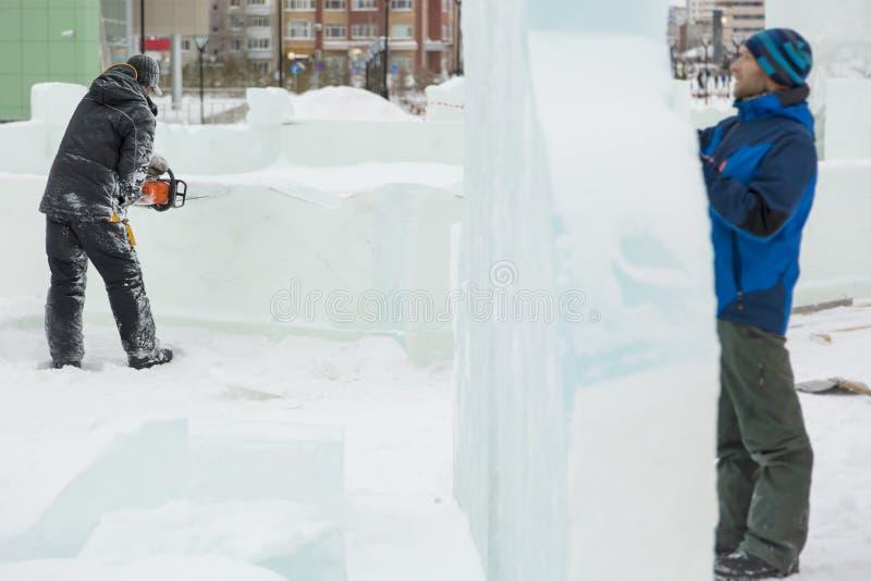 Installers przy budową lodowy miasteczko zdjęcia royalty free