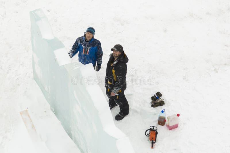 Installers przy budową lodowy miasteczko zdjęcia stock