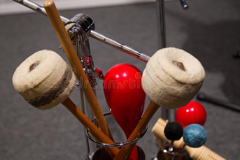 Installez avec différents instruments de percussion de rythme sur une étape image stock