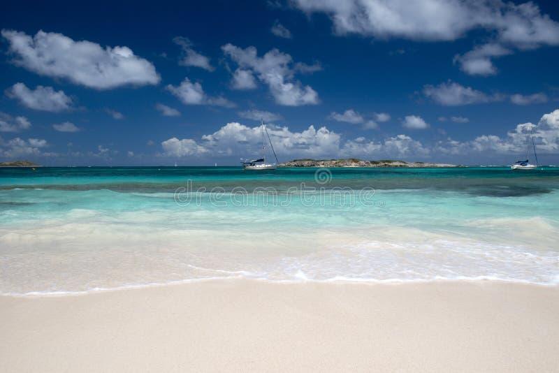 Installez la plage de compartiment dans la rue Martin dans les Caraïbe photo stock