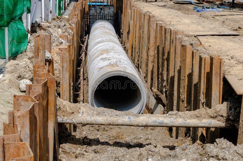 Installez le conduit d'égout concret photographie stock