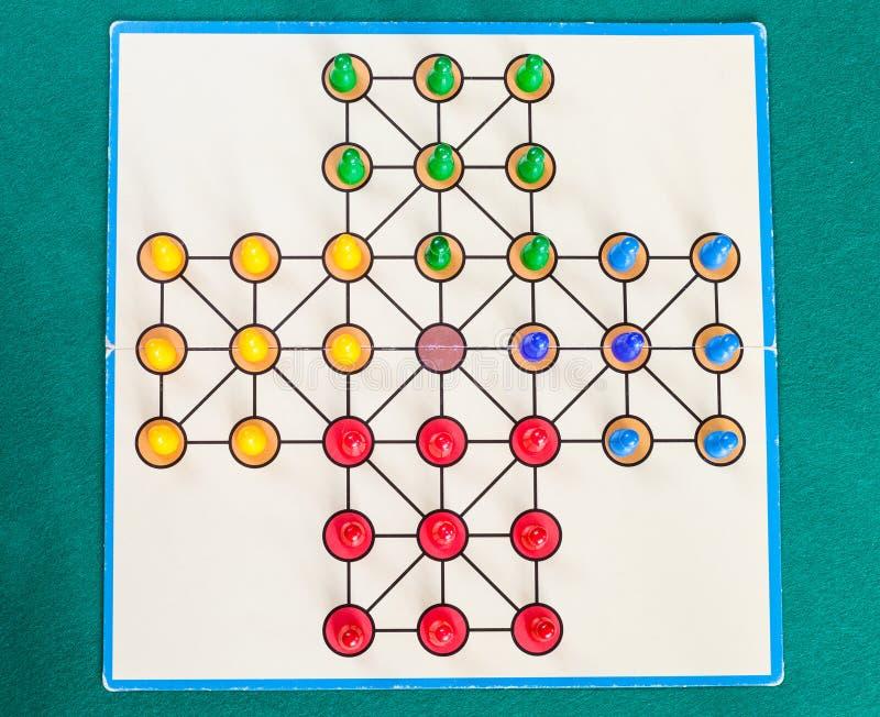 Installi del gioco da tavolo del solitario sulla tavola verde della tela fotografie stock libere da diritti