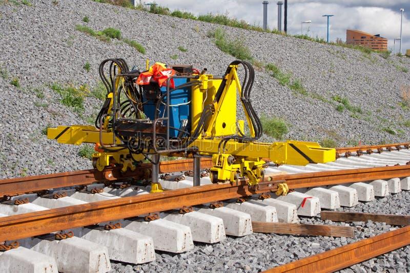 Installieren der Eisenbahnschienen lizenzfreie stockbilder