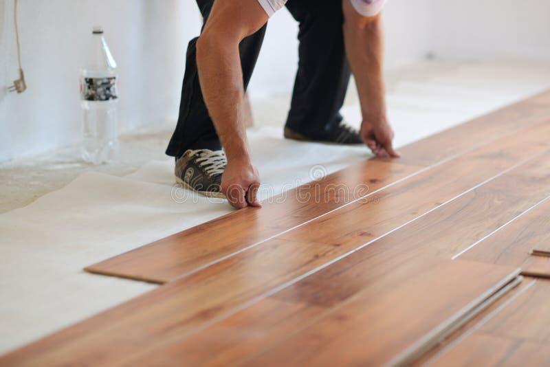 Installieren des lamellenförmig angeordneten Bodenbelags lizenzfreies stockfoto