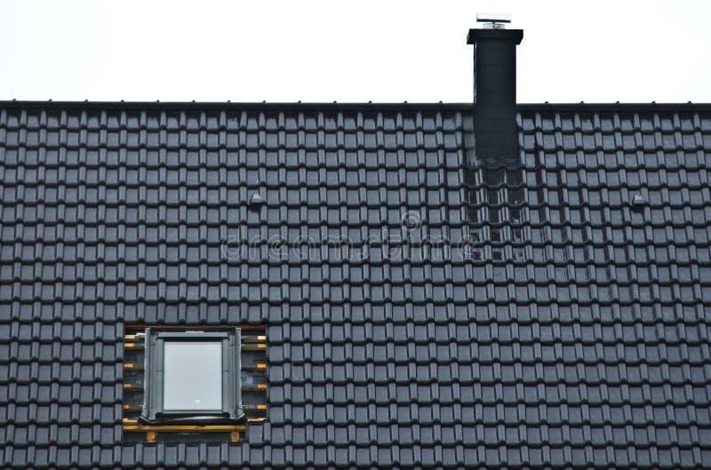 Installierung des Fensters in mit Ziegeln gedecktes Dach stockfotografie