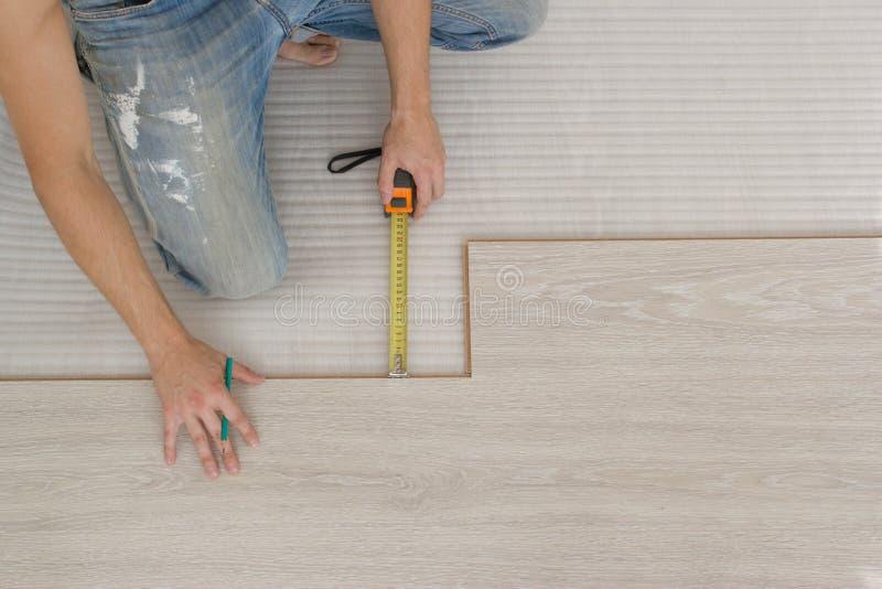 Installierung des hölzernen lamellenförmig angeordneten Bodenbelags stockfotografie