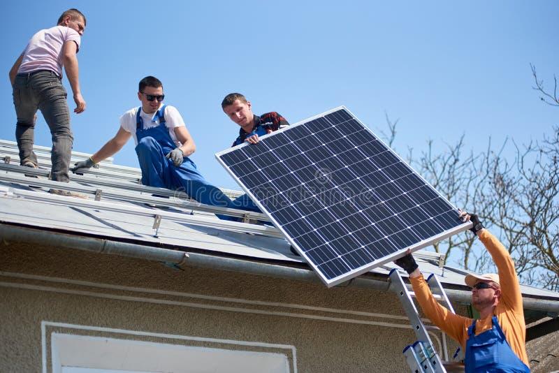 Installierung des photo-voltaischen Plattensolarsystems auf Dach des Hauses stockfotos