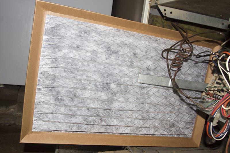 Installierung eines neuen Ofen-Filters lizenzfreies stockfoto