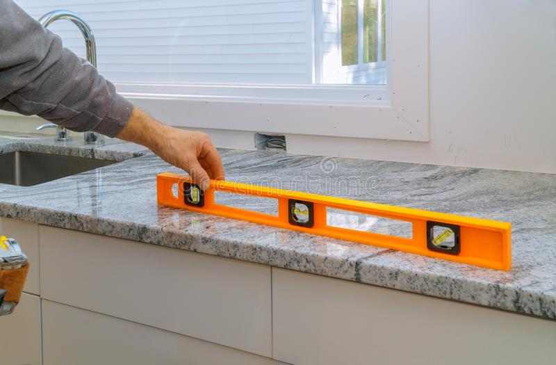 Installierung mit Granit Countertopserneuerung und Granitk?cheninnenkabinett lizenzfreie stockfotografie