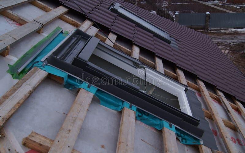 Installierung von Dachoberlichtern lizenzfreies stockfoto