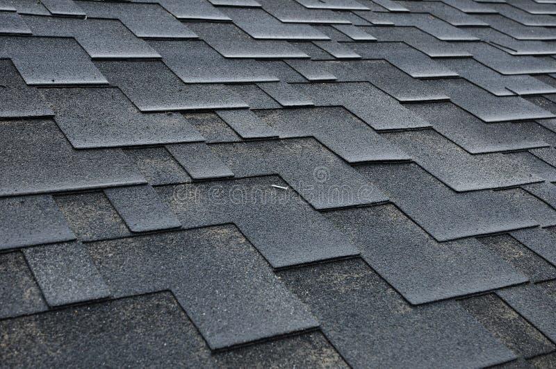installierung von schindeln installierung von bitumen dach schindeln stockbild bild von. Black Bedroom Furniture Sets. Home Design Ideas