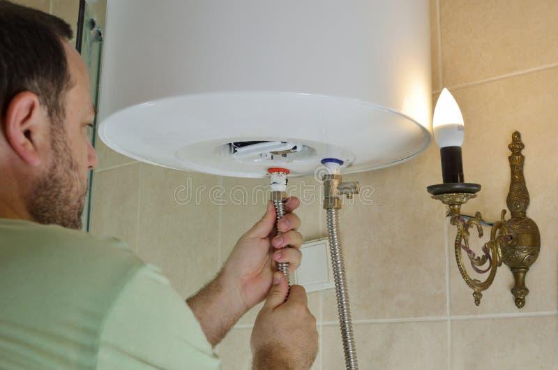 Installierung Von Wasserleitungen Auf Einen Kessel Stockfoto - Bild ...