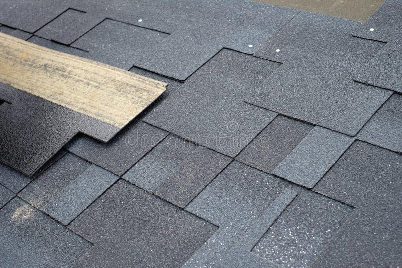 Instalować asfaltowego dekarstwa gonty Instalacja waterproofing narzut w budowie obrazy stock