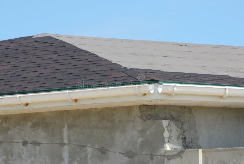 Instalować asfaltowych gonty Dachowa naprawa z niedokończonym podeszczowym Gu obraz royalty free