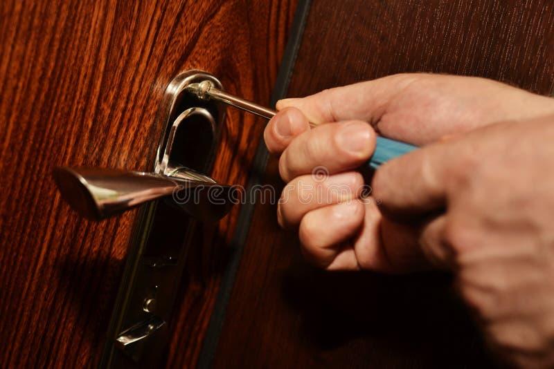 Instalować drzwiowego kędziorek zdjęcie stock