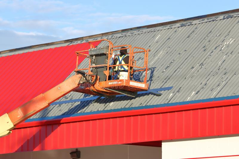 Instalować metalu dach zdjęcia royalty free