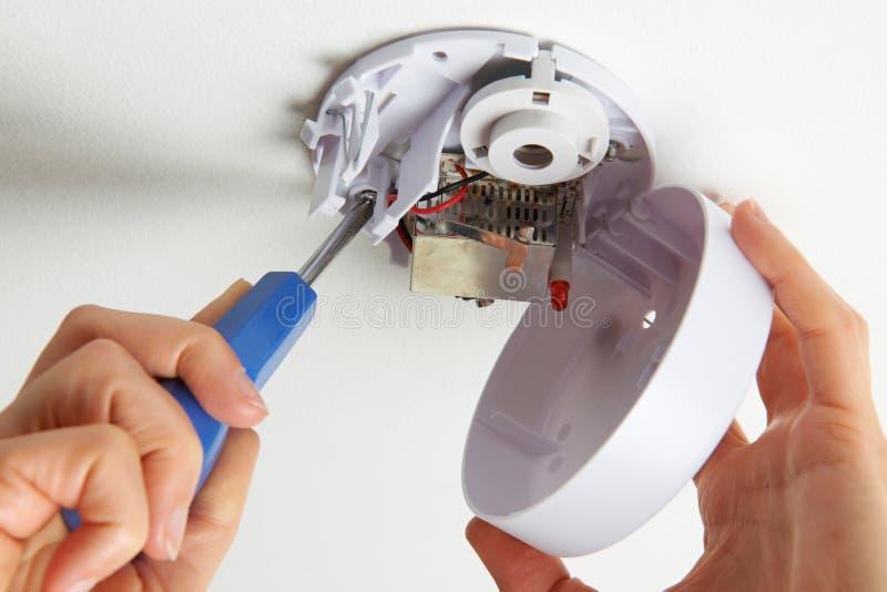 Instalujący Dymnego detektor W Domu fotografia stock