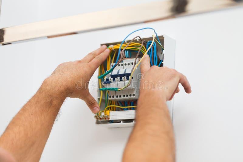 Instalujący Elektrycznego lont w domu obrazy royalty free