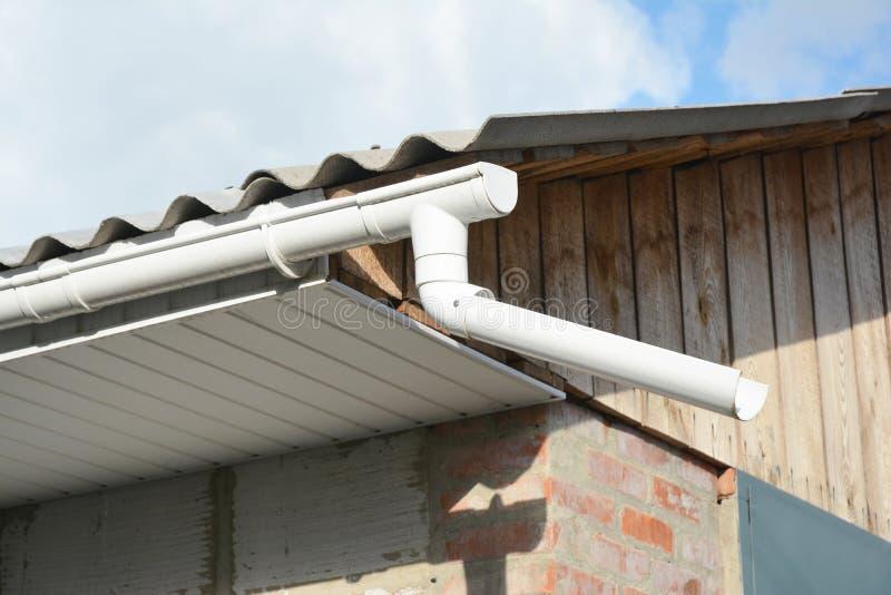 Instalujący klingeryt dachową rynnę z fascias wsiada na starym buildin fotografia royalty free