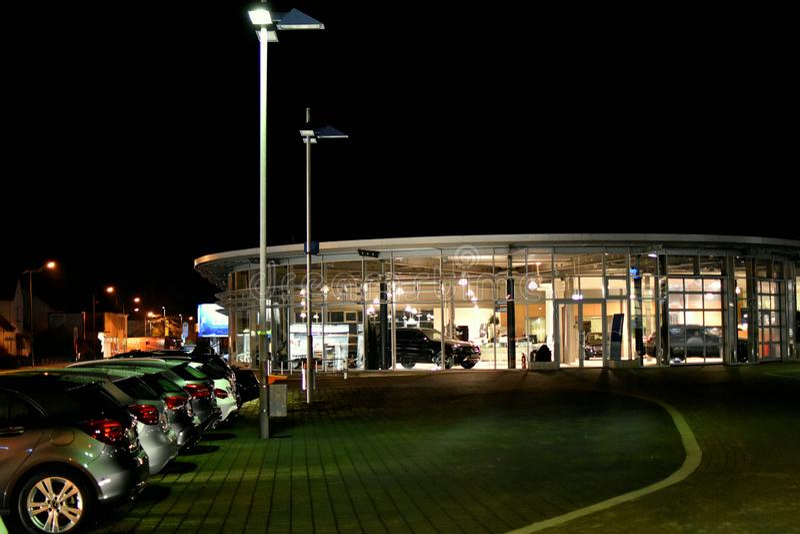 Instantâneo da noite Os carros usados para a venda, lugar do bazar, usaram o mercado dos bens imagem de stock royalty free