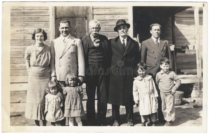 Instantâneo do vintage: Os anos 30 das crianças das mulheres dos homens da reunião de família fotografia de stock