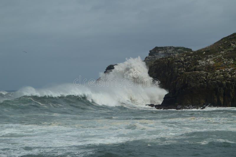 Instantâneos maravilhosos recolhidos o porto de Lekeitio de Huracan Hugo Breaking Its Waves Against o porto e as rochas do lugar fotos de stock